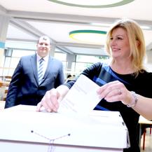 Zagreb: Predsjednica Grabar Kitarović u pratnji supruga Jakova glasovala na EU izborima (Foto: Patrik Macek/PIXSELL)