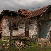 Razrušena kuća u Majskim Poljanama - 1