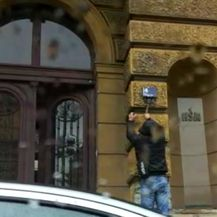 Upalio sva četiri, izašao iz auta i lopatom razbio ploču na kojoj još uvijek piše Trg maršala Tita (Video: Čitatelj)