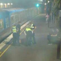Spašavanje žena s tračnica (Foto: screenshot/Reuters) - 3