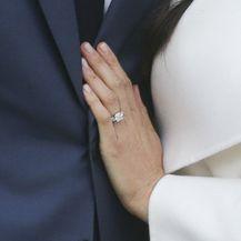 Meghan Markle pokazala je zaručnički prsten koji sadrži dva dijamanta koja su pripadala princezi Diani