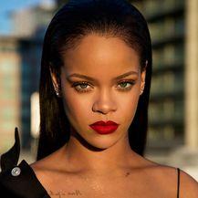 Rihanna također nosi svoj Stunna Lip Paint ruž
