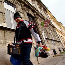 Prodaje plišane igračke kako bi pomogao prehraniti svoju obitelj (Foto: Dnevnik.hr) - 6