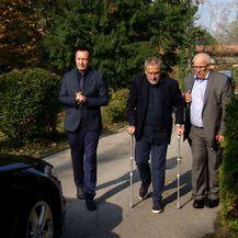 Gradonačelnik Milan Bandić hoda na štakama (Foto: Dnevnik.hr)