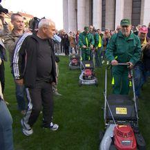 Gradonačelnik Milan Bandić kosi travu (Foto: Dnevnik.hr)