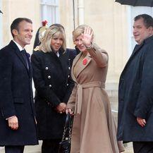 Emmanuel Macron dočekao Kolindu Grabar-Kitarović i njenog supruga Jakova (Foto: AFP)