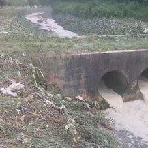 Bijeli mulj se slijeva u rijeku Pazinčicu (Foto: Dnevnik.hr) - 2