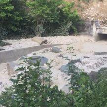 Bijeli mulj se slijeva u rijeku Pazinčicu (Foto: Dnevnik.hr) - 3