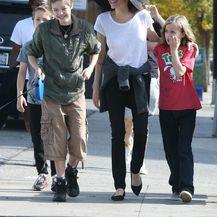 Angelina Jolie u šetnji s djecom i psom - 4