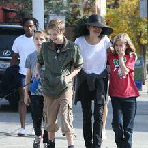 Angelina Jolie u šetnji s djecom i psom