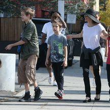 Angelina Jolie u šetnji s djecom i psom - 7