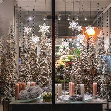 Božićno uređenje izloga cvjetne galerije Saše Šekoranje - 1