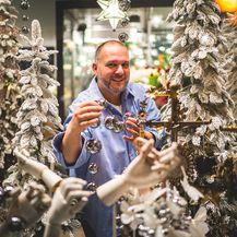 Saša Šekoranja svake godine pun je ideja za božićno uređenje izloga svoje cvjetne galerije