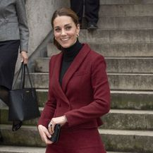 Catherine Middleton u kostimiću boje burgunca francuskog modnog brenda Paule Ka - 1