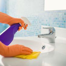 Žena čisti kupaonicu
