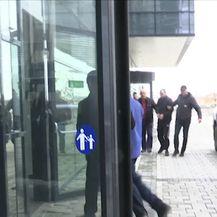 Pred sud u Prištini izvedena trojica Srba osumnjičena za povezanost s ubojstvom Olivera Ivanovića (Video: Dnevnik Nove TV)