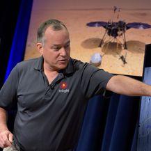 Voditelj projekta InSight, Tom Hoffman, pokazuje mjesto slijetanja (Foto: NASA/Bill Ingalls)