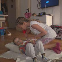Sestra pomaže Luki piti (Foto: Dnevnik.hr)