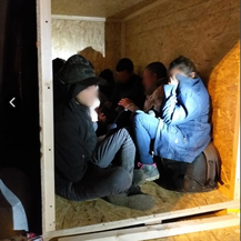 Devetero nezakonitih migranata spašeno iz drvenog sanduka (Foto: MUP)