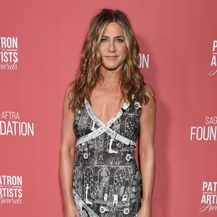 Jennifer Aniston u asimetričnoj haljini grafičkog dezena - 3