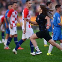 Utrčavanje u teren Modrićeve obožavateljice (Foto: Marko Prpic/PIXSELL)