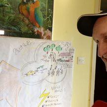 Miško pokazuje crtež doma kojeg sanja (Foto: Dnevnik.hr)