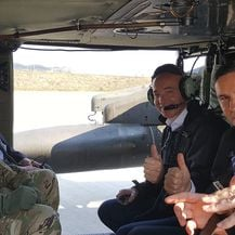 Ministar obrane Damir Krstičević i američki veleposlanik Robert Kohorst u probnom letu helikoptera Black Hawk (Foto: MORH)