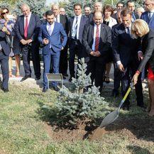 Brigitte Macron i Emmanuel Macron posadili su drvo u memorijalnom centru u Armeniji