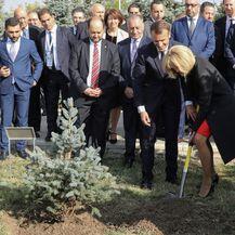 Brigitte Macron u crvenoj haljini i crnim štiklama - 7