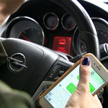 Korištenje mobitela tijekom vožnje/Ilustracija (Foto: Dnevnik.hr) - 1