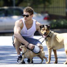 Kellan Lutz sa svojim udomljenim psima