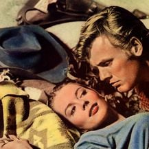 Tab Hunter i Natalie Wood na plakatu za film The Burning Hills