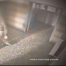 Bolestan čovjek koji baca fekalije kroz prozor (Foto: Dnevnik.hr) - 1