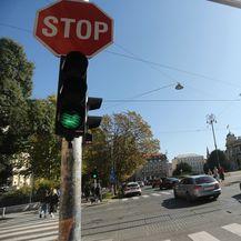 Semafor za pješake koji bulje u mobitel (Foto: Dalibor Urukalovic/PIXSELL)