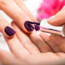 Ljubičasti lak za nokte idealan je izbor za jesenske dane