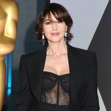 Ispod crnog odijela Monica je nosila proziran top