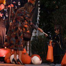 Melania Trump u kožnatom kaputu s patchwork uzorkom i crnim salonkama
