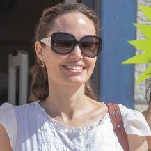 Angelina Jolie u bijeloj ljetnoj haljini - 3