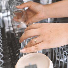 Sklonite prljavo suđe