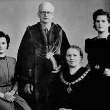Margaret Thatcher s roditeljima i sestrom Muriel (prva s lijeva)