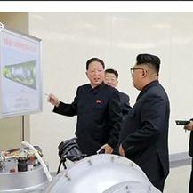 Tko su dva znanstvenika viđena pored Kim Jong Una u nedjelju? (Video: Reuters)
