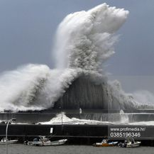 Ogromni valovi tijekom tajfuna Jebi u Japanu (Foto: Profimedia)