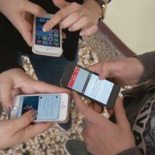 Učenici na mobitelima (Foto: Dnevnik.hr)