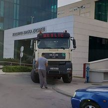 Kamionima blokirao ulaze, Split 3 (Foto: Dalmatinski portal)