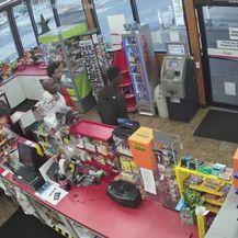 Prodavaču u trgovini iznenada je pozlilo (Screenshot: Facebook/Auburn WA Police Department)