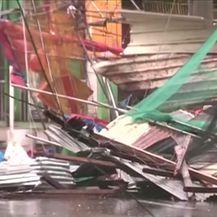 Super tajfun Mangkhut razara Filipine (Video: Reuters)