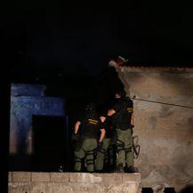 Opuzen: Specijalna policija pokušava skinuti s krova muškarca koji je aktivirao plinsku bocu (Foto: Ivo Cagalj/PIXSELL)