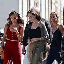 Angelina Jolie u uskoj suknji s visokim rasporom - 6