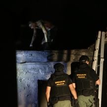 Policajci su nakon višesatne drame uspjeli spustiti s krova muškarca u Opuzenu (Foto: Ivo Cagalj/PIXSELL)