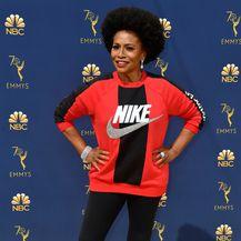 Jennifer Lewis u tajicama, majici i tenisicama brenda Nike